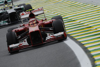 名門フェラーリでの最後の晴れ舞台は地元ブラジル、サンパウロ。多くのチーム関係者やファンの声援を背中に受け、予選9位からスタートしたフェリッペ・マッサは力走を披露した。しかしハミルトンとの4位争いが白熱する中で、ピットレーンの白線越えのペナルティーを受けてしまうのだが、それでも諦めず最終的に7位でゴールした。スクーデリアでの8年間の戦績は、139戦で通算11勝、15ポールポジション、14のファステストラップと誇れるもの。2008年は6勝するも1点差でハミルトンに敗れタイトルを逃した。来季はウィリアムズに移籍、次なる活路を見いだす。(Photo=Ferrari)