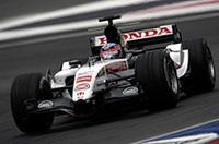チームメイトのバトンが表彰台に喜ぶ隣で、佐藤琢磨は12位でレースを終えた。トゥルーリ、マーク・ウェバーと同様、スタート直後あちこちで起こったコースオフや接触の餌食となり、フロントウィングを破損してピットインを余儀なくされた。前戦イギリスGPで誤ってエンジンを切ってしまいレースを台無しにしてしまった佐藤は汚名を返上したかっただろうが、12位完走がやっとだった。(写真=本田技研工業)