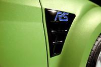 """フロントフェンダー後方には、漆黒の""""エラ""""。ブルーの「RS」ロゴが添えられる。"""