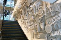 1階と2階をつなぐ階段の壁は、レクサス車の部品でデザインされている。