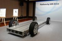 「Platform by SIM-Drive」のイメージ。インホイールモーターと、バッテリーなどを含むコンポーネントをビルトインしたフレームで構成される。これにより、上屋は自由に設計できるという。
