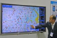 災害時の利用例をスタッフがデモ。地図上には車両が通行した記録のある(=通行が可能と予想される)道路や、避難所の場所などのほか、官公庁が提供する、津波や洪水による浸水予想エリアも表示されている。