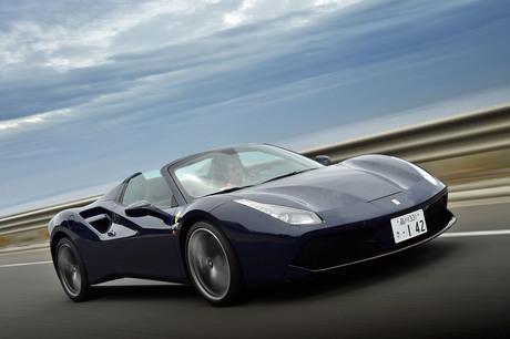 パワフルなV8ターボエンジンを搭載する、フェラーリのオープントップモデル「488スパイダー」。その走りの...