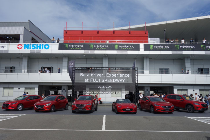 ソウルレッドプレミアムメタリックをまとった6台がお出迎え。