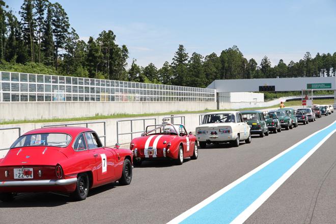 基本的に、車検付き車両による「クラブマンズ・カップ」には「U1500」(1500cc以下)が13台、「U2000」(2000cc以下)が10台の計23台がエントリー、10周で争われる決勝にはうち21台が出走した。予選上位から順にコースインしていくところ。
