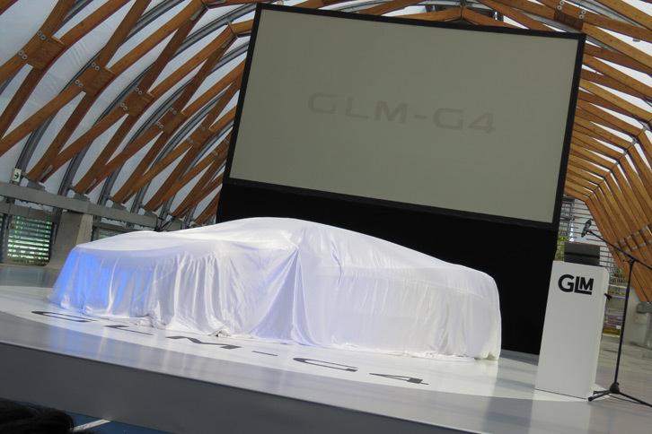 ステージ上でアンベールを待つ「GLM G4」。
