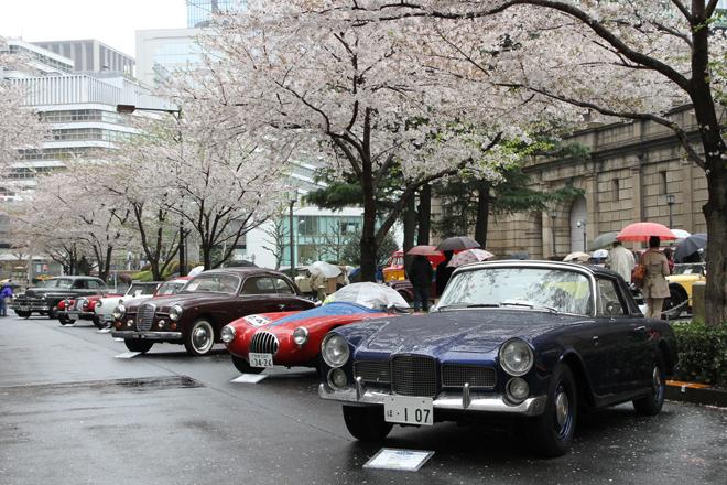 日銀本店本館前の江戸桜通りには戦後のモデル13台が並んだ。