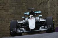 新コース、バクーで度々ブレーキングをミスしコースオフしていたルイス・ハミルトン。フリー走行すべてでトップタイムをマークしたものの、予選Q3で王者らしからぬ痛恨のクラッシュ、10番グリッドから挽回を図った。スタートから5位まで順位を上げるも、エンジンのパワーがダウンするトラブルに見舞われ、コックピットの中でその調整に四苦八苦。解決した時点で時間は残されておらず5位完走がやっとだった。なお同様の問題は優勝したロズベルグにも起きていたというが、先頭を走る余裕からか、ロズベルグはその解決に多くの時間を要さなかったようだ。(Photo=Mercedes)