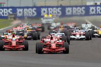 フロントローの紅い2台は、スタートと同時に集団から抜け出した。その後方、ペナルティで13番グリッドに下がったハミルトンの穴を埋めたフェルナンド・アロンソは、好機を活かせずに後退。トゥルーリ、ロバート・クビサに先行を許した。(写真=Ferrari)