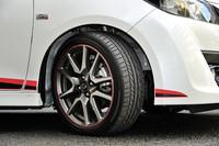 205/45R17サイズのブリヂストン・ポテンザRE050タイヤを装着する。10本スポークの専用ホイールには、標準品の他にレッドライン仕様(写真)がある。