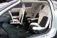 助手席のない、3座のシートレイアウトが特徴的なインテリア。