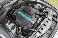 フロントに縦置きされるパワーユニット。ターボ付きの3リッター直6エンジンにモーターが組み合わされ、トータルで340psの最高出力を発生する。