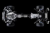 日産とボルグワーナーが共同開発したGT-Rのツインクラッチ式ギアボックスは、エンジンから完全に分離され、リアシートの真下に。両者はカーボン製プロペラシャフトで連結される。(写真=日産自動車)