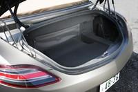 荷室の容量は173リッター。クーペ(176リッター)とさほど変わらぬスペースが確保される。