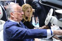 会場で会った人々から。フォルクスワーゲングループのデザインを統括する、ワルター・デ・シルヴァ氏(写真手前)。フォルクスワーゲンの「MQB」を用い たイタルデザイン-ジウジアーロのコンセプトカー「クリッパー」のコクピットドリルを受けているのは、イタリア公営放送RAIの自動車番組の名キャス ター、マリア・レイトナーさん。