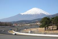 ナンバー付きも含めた「フェアレディZ」(Z33/34)による「Z-Challenge エキシビションレース」が行われている100Rから富士山を望む。この日の霊峰は、かくもすばらしい眺めだった。