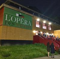 現在、ジュネーブの歌劇場は修復中。そのためオペラは、旧国際連盟近くに建設された仮設建物で上演されていた。仮説とはいえデザインはモダンで、音響も満足ゆくものだった。
