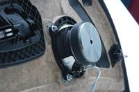 ミッドレンジユニットはドア内張りの裏に取り付けられている純正スピーカーを外し、そのボルトを利用して固定する。