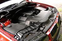 2種類のストレート6は、いずれも吸排気両バルブのタイミングを可変化させる「ダブルVANOS」を備える。ガスペダルとスロットルバタフライは、電気的に結ばれる電制タイプだ。