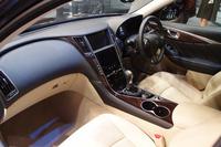 運転席には囲まれ感を、助手席には開放感を与えたというインテリア。