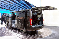 ユーザーのニーズに合わせて内装を自由にカスタマイズできるワンボックスカー「NV350キャラバン」も展示。2012年の発売が予定されている。