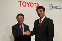 トヨタ自動車の豊田章男社長(左)と、マツダの小飼雅道社長(右)。