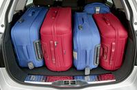 荷室容量は、通常時で500リッター、リアシートを倒して900リッター、さらに荷物をルーフいっぱいまで積むと1590リッターにまで拡大できる。