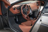 カーボン製のセンターモノコックは「スポーツシリーズ」向けに開発された「モノセルII」(単体重量80kg以下)と呼ばれるもの。乗降性が改善されている。