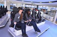 """未来の自動運転の街の様子を体感するというフォードのアトラクション。VR用のゴーグルをつけて可動式の座席で体感するものだが、その演出は""""VR酔い""""するほど強烈だった。"""