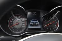 320km/hまで目盛りが刻まれた速度計(写真左)。エンジン回転計(右)のレッドゾーンは7000rpmからとなる。