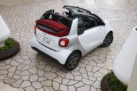 第3世代スマートのターボ車は、自然吸気モデルの導入から9カ月遅れて、2016年8月に国内でデビューした。写真は2シーターオープンの「スマート・フォーツーカブリオ ターボ リミテッド」。