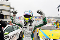 ガッツポーズを決めるのは、第20戦を制したブラジル出身の若手アウグスト・ファルファス。WTCCの日本ラウンドは、3年連続岡山で開催されてきたが、2011年シーズンからは鈴鹿へと戦いの舞台を移す。