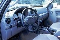レネゲードのフロントシートは、ロイヤルレザーでアクセントがつけられたファブリック。アルミ調ダッシュボードが、メカニカルな雰囲気だ。