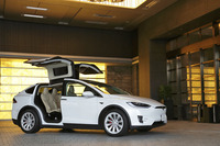 SUVの「モデルX」。後席用ドアにガルウイング式を採用している。