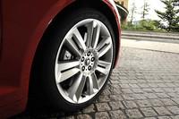 「XFR」は標準で20インチタイヤを装着。ブレーキキャリパーには、「R」の文字が記される。
