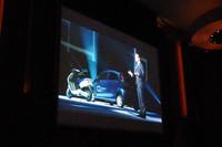 発表会場からの映像。奥にあるのが「iOn」。