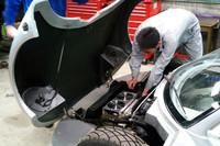 開発風景。EV化されたことで「ガソリン車とは比べものにならない発進加速と、一気に効く回生ブレーキの操作感を得て、より魅力的に生まれ変わった」(プレスリリース)という。リチウムイオンバッテリーを搭載。回生ブレーキを備え、航続可能距離は約100km。車重はわずか640kgだ。最高速度は150km/h。予定販売価格は680万円とされる。