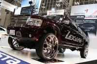 クムホタイヤのブースに登場した「305/25R32」という巨大サイズのタイヤ/ホイール。で、このクルマはいったいなに?