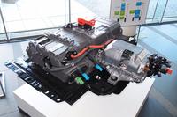 """酸素と水素の化学反応により、電気と水を生み出す、""""FCVの心臓部""""「FCスタック」。前席の真下に搭載される。写真右側が、車両の前方にあたる。"""
