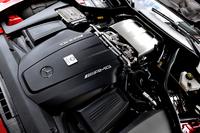ドライサンプの4リッターV8ツインターボエンジン(510ps)は、一見エンジンカバーに見える黒いプレートの下にはなく、もっとスカットルに寄せて搭載されている。トランスアクスルレイアウトを採用し、重量配分は前47:後ろ53。