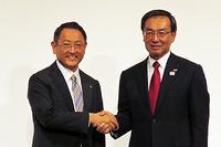 トヨタ自動車の豊田章男社長(左)とパナソニックの津賀一宏社長(右)。