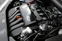 欧州でのエンジンラインナップは、ガソリンが1.6リッター(102ps)、1.6FSI(115ps)、2リッターFSI(150ps)、2リッターターボ「T-FSI」(200ps)の4種。ほかに、ディーゼル2種が用意される。トランスミッションは、エンジンにあわせて5MT、6MTが基本で、6ATがオプション。秋には6段DSGが設定されるという。
