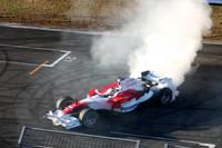 ドーナツターンをキメるトゥルーリの「TF108」。グロックのタイヤスモークはさらに激しく、写真を撮ったもののほとんど煙しか写っていなかった。