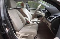ベージュファブリックのフロントシート。ちなみに、「GTライン」の内装は黒基調となり、ダークカーボンファブリックのスポーツシートが装備される。
