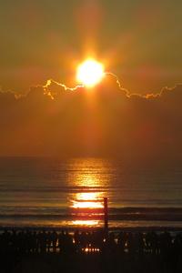 片貝中央海岸から見た初日の出。残念ながら雲の上からの日の出となってしまった。お祭りの司会者いわく、「水平線からの初日の出を拝めたのは、ここ20年で5度くらい」とのこと。うーん、残念。