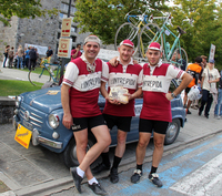 イベントに合わせて、クルマもちょいレトロ。これは別のビンテージ自転車イベントの開催告知チームが乗る元祖「フィアット600」。
