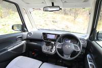 運転席からの見晴らしは開放感抜群。センタークラスターやシフトセレクターの加飾パネル、ドアトリムなどは、「ライダー」専用のデザインとなっている。