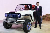 SUVタイプのEVコンセプト「e-サバイバー」と、スズキの鈴木俊宏社長。