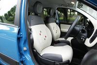 ツートンカラーの配色とバックレストの模様が個性的なシート。形はシンプルだが、座り心地は上々。