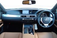 ダッシュボードの中央には12.3インチの大型ディスプレーが鎮座。その下には、レクサス車として初めてアナログ時計も置かれる。